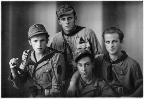 Gruppo di partigiani della Divisione Garibaldi probabilmente del Battaglione Matteotti inquadrato nella Divisione Picelli Tagliamento, 1945, gelatina ai sali d'argento/carta, CC BY-NC