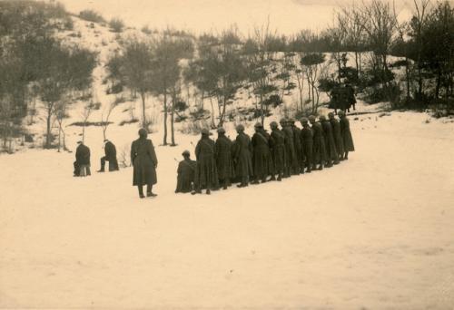 Esecuzione di due condannati a morte, 1945 circa, gelatina ai sali d'argento/carta, CC BY-NC