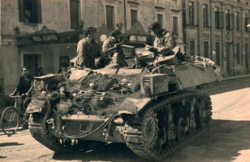 Sfilano i carri alleati lungo le vie della città di Spilimbergo (Pn), 02/05/1945, gelatina ai sali d'argento/carta, CC BY-NC