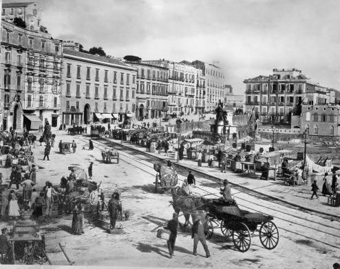 Santa Lucia; sulla destra, la colmata a mare prevista dall'intervento urbanistico del Risanamento, 1900 circa, Lastra fotografica, CC BY-SA