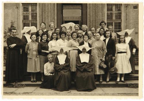 Anonimo, Gruppo di insegnanti ed educatori, post 1940, gelatina ai sali d'argento su carta, CC BY-SA
