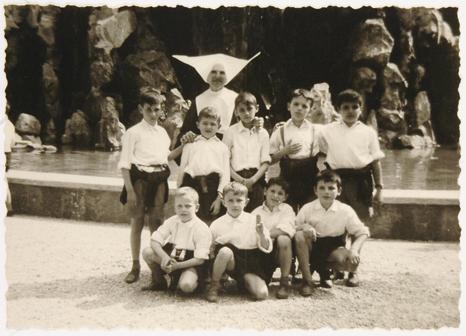 Anonimo, Allievi dell'Istituto con una suora, 1930 circa, gelatina ai sali d'argento su carta, CC BY-SA