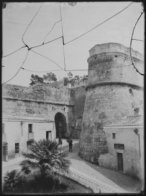 Cagliari, Porta dei Leoni, inizio del Novecento. Lastra rotta, CC BY-NC-ND