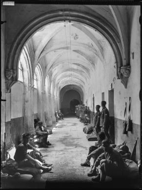 Cagliari, Chiostro di San Francesco di Stampace, 1942. Soldati nel chiostro, CC BY-NC-ND