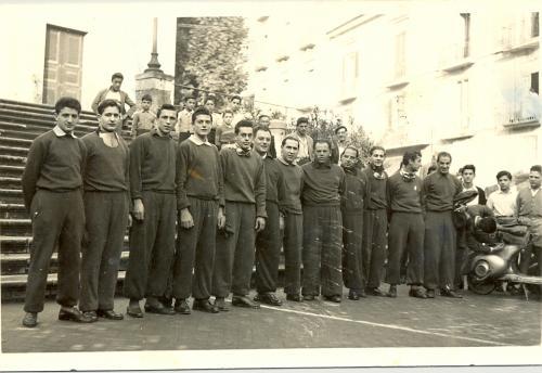 sconosciuto, Vespa Club Cava de' Tirreni, 1950 circa, stampa fotografica in bianco e nero, CC BY-SA