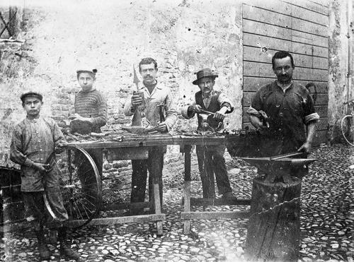 Bottega artigiana di Serafino Pasi, vicolo S. Stefano, Faenza, 3/10/1901, CC BY-NC-ND