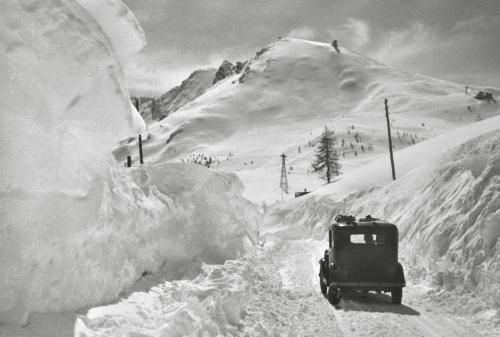 Andreis, Felice, Sestriere, in auto, 1935, Stampa moderna da negativo originale (digitale fine art), CC BY-SA