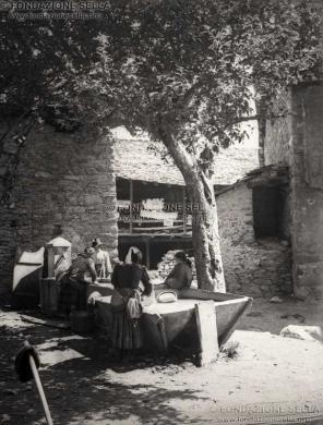 Maggia, Federico, Contadini al lavatoio, 1912, Gelatina ai sali d'argento su carta, CC BY-SA