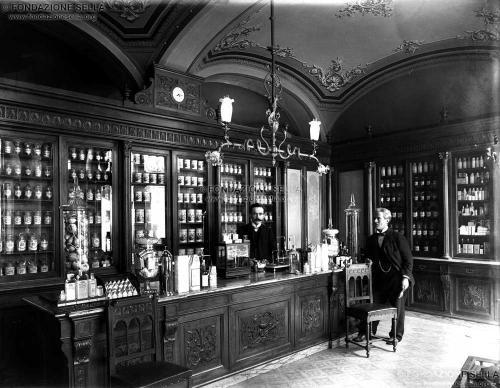 Studio Rossetti, Interno Farmacia dell'Ospedale, 1908, Gelatina al bromuro d'argento su lastra, CC BY-SA