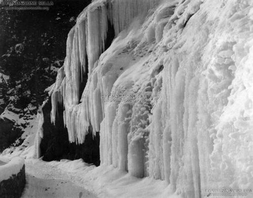 Burnaby, Elizabeth, Stalattiti di ghiaccio (Zuge), Gelatina ai sali d'argento su carta, CC BY-SA