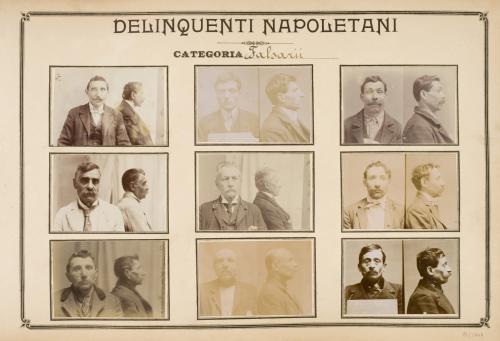 Pagina dell'Album Delinquenti Napoletani che mostra stampe ai sali d'argento di fotografie segnaletiche di  Falsarii. Ante 1906, CC BY-SA