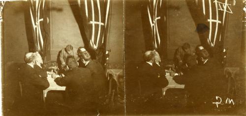 Seduta spiritica con il medium Carancini: tra i partecipanti si nota Cesare Lombroso, 1909, Stereoscopia, aristotipo 8,5 X 17,7 cm, CC BY-SA