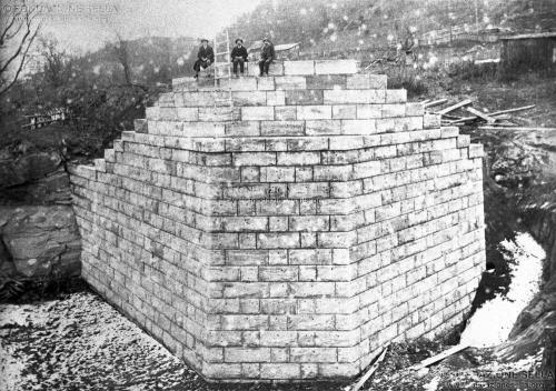 USA, West Virginia. Costruzione di un ponte a opera dell'impresa di Alberto Peraldo di Piedicavallo, Gelatina ai sali d'argento su carta, CC BY-SA