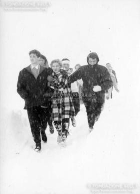 Minoli, Pietro, Sul set del film Yeti, 10/04/1958, Gelatina ai sali d'argento su carta, CC BY-SA
