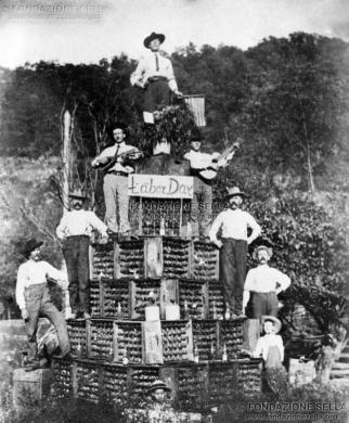 USA, West Virginia. Festa del lavoro. Scalpellini della Valle Cervo, 1904, Gelatina ai sali d'argento su carta, CC BY-SA