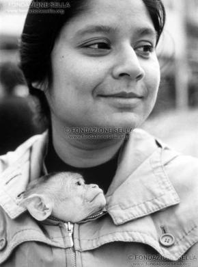 Maggia, Federico, Ragazza e scimmietta, 1974, Gelatina ai sali d'argento su carta, CC BY-SA