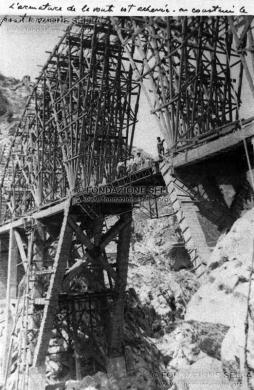 Persia. Ponte ferroviario sul Wresk, 110 metri sul livello dell'acqua, opera di Cesare Delleani, 1993, Gelatina ai sali d'argento su carta, CC BY-SA