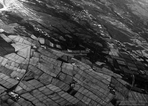 Minoli, Pietro, Veduta aerea dei campi a sud di Biella, s.d., Gelatina ai sali d'argento su carta, CC BY-SA