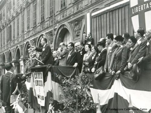 Alcide De Gasperi in piazza San Carlo. Sul palco, il deputato piemontese alla Costituente Giuseppe Pella, stampa bn, CC BY-NC-ND