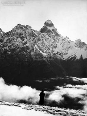 Sella, Vittorio, Monte Ushba al levare del sole dal monte Mesi 2400m, ad ovest di Mazeri (Soanezia),, 29/09/1890, Negativo alla gelatina, CC BY-SA