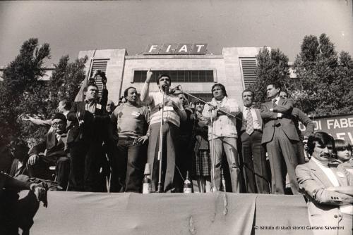 Giorgio Benvenuto davanti agli stabilimenti Fiat Mirafiori durante i 35 giorni, stampa b/n, CC BY-SA