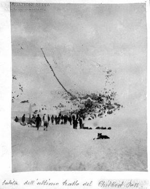 Alaska. Igino e Giuseppe Norza Fabian di Rosazza, costruttori di lotti ferroviari della linea Shaguay-White, eseguirono ricerche di giacimenti auriferi nella valle gelata dei fiumi Alaska e Tanana, 1900, Gelatina ai sali d'argento su carta, CC BY-SA