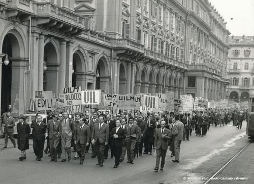 Manifestazione di protesta della Uil al Teatro Carignano di Torino. Tutti rigorosamente in giacca e cravatta!, 1964, stampa b/n, CC BY-SA