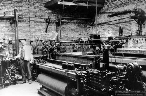 Argentina, Valentin Alsina. Felice Giardino ritratto all'interno della sua fabbrica tessile, 'La Provedora'. Sulla spalla, il primo poncho tessuto in fabbrica, 1920, Gelatina ai sali d'argento su carta, CC BY-SA