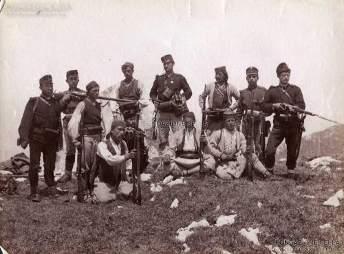 de Déchy, Mör, Montenegrini, gendarmi croati e soldati ungheresi dell'Austria - Ungheria sulla prima cima del Maglitch, Albumina, CC BY-SA