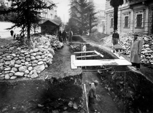 """Foto Rossetti, Biella, scavo per il posizionamento di uno dei rifugi antiaerei """"tubolari"""" presso il Tribunale, 1943, CC BY-SA"""