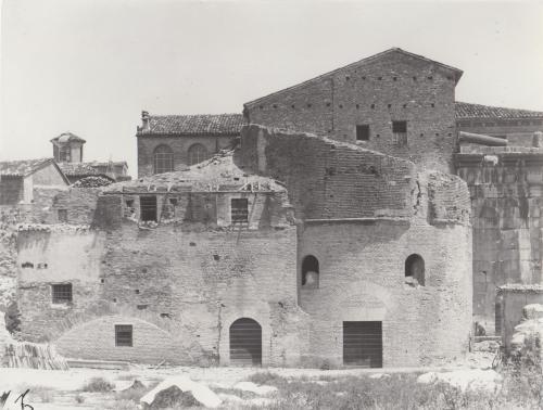 Abele Cerasoli, Edifici adiacenti la Porta di Augusto a Fano, 1930 circa, gelatina a sviluppo, CC BY-SA
