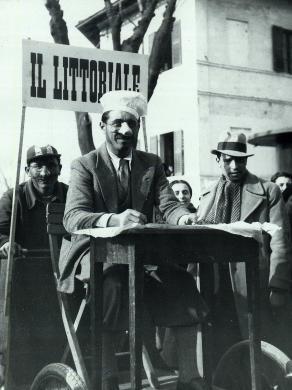 Anonimo, Maschera del Carnevale di Fano, 1920 circa, gelatina a sviluppo, CC BY-SA