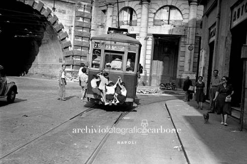 Carbone, Riccardo, Scugnizzi appesi al tram, 22/07/1950, gelatina bromuro d'argento / pellicola poliestere, CC BY-SA