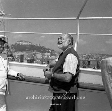 Carbone, Riccardo, Ernest Hemingway arriva a Napoli, 08/06/1954, gelatina bromuro d'argento / pellicola poliestere, CC BY-SA