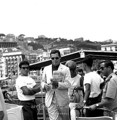 Carbone, Riccardo, Marcello Mastroianni all'imbarco degli aliscafi, 20/08/1963, gelatina bromuro d'argento / pellicola poliestere, CC BY-SA
