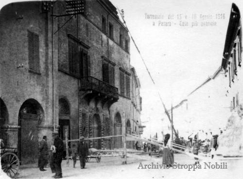 I danni fatti dal terremoto al Palazzo Bonamini a Pesaro, 1916, CC BY-SA