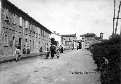 Attilio Pozzoli, Pesaro, via Flaminia e Porta Fano, 1902, CC BY-SA