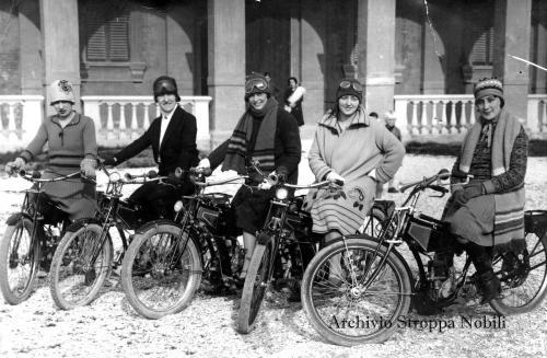 Emancipazione femminile; cinque donne su cinque moto Benelli davanti allo Stabilimento Balneare di Pesaro, 1928, CC BY-SA