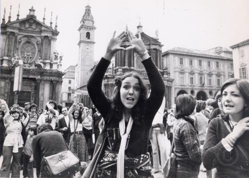 Manifestazione donne, piazza San Carlo, Torino, anni 70, CC BY-NC-ND