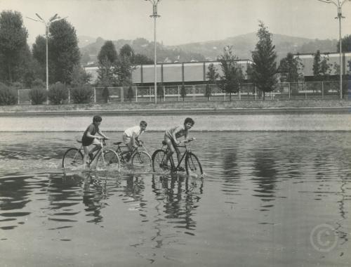Bambini giocano nel laghetto di Italia 61, Torino agosto 1973, CC BY-NC-ND