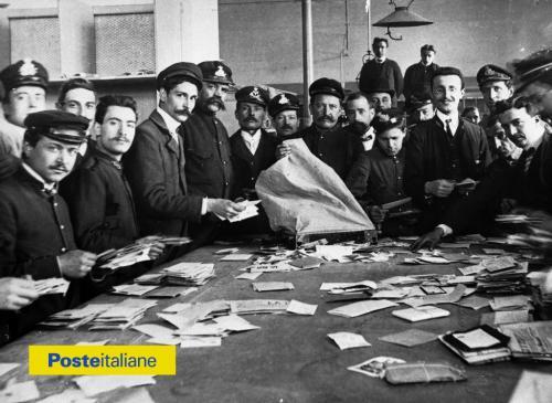 1911. Foto di gruppo intorno al tavolo di lavoro durante lo smistamento della corrispondenza, CC BY-NC-ND