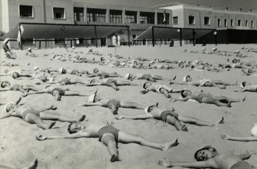 Adolfo Ferrari, Cura elioterapica alla spiaggia della colonia AEM di Igea Marina, 25/07/1959, Gelatina bromuro d'argento/carta, CC BY-NC-ND