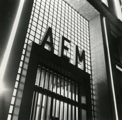 Adolfo Ferrari, La nuova sede AEM di via della Signora illuminata per i cinquanta anni dell'impresa, 13/12/1960, Gelatina bromuro d'argento/carta, CC BY-NC-ND