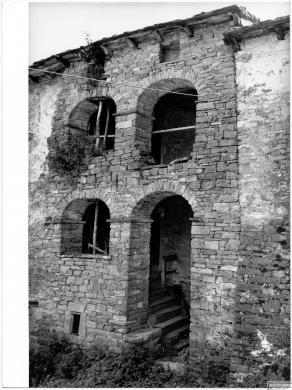 Casola di Montefiorino (Modena), Serradimigni, casa con loggia, 1974 circa, stampa alla gelatina a sviluppo, CC BY-SA