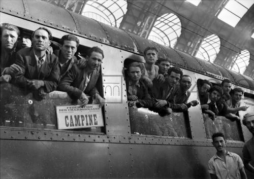 Publifoto, Emigranti in partenza dalla Stazione Centrale di Milano verso le miniere carbonifere del Belgio, 11/08/1948, CC BY-NC-SA