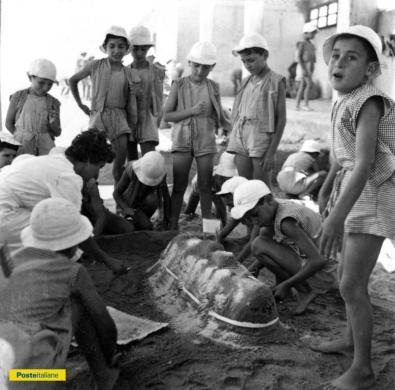Anni Sessanta del secolo scorso, Messina. Giochi in spiaggia alla colonia estiva di Villa Faro, CC BY-NC-ND