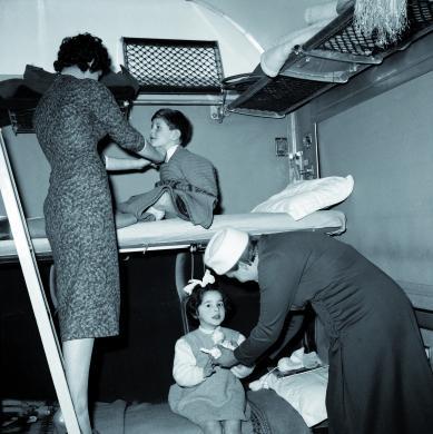 Fototeca Centrale FS, Famiglia nella carrozza con letti del treno Milano-Reggio Calabria, 1957, CC BY-NC-ND