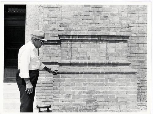 Attilio Gigli, Facciata della chiesa di San Germano a Pedenzano con mattoni prodotti dal signor Carini, 1984, positivo alla gelatina a sviluppo, CC BY-SA
