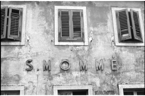 Corrado Fanti, Facciata della stazione ferroviaria di S. Momme, 1982 circa, positivo alla gelatina a sviluppo, CC BY-SA