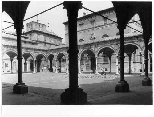 Paolo Monti, Bologna, strada Maggiore, chiesa e quadriportico di Santa Maria dei Servi, 1969 circa, positivo alla gelatina a sviluppo, CC BY-NC-ND